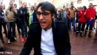 """""""The Voice"""" : Vincent Vinel chante un medley de Stromae à la gare St Lazare (vidéo)"""