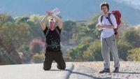 """""""Pékin Express"""" : Norbert & Jean ont une technique infaillible... ou presque pour le stop !"""