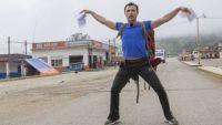 """""""Pékin Express"""" : regardez la drôle de méthode de Willy Rovelli pour faire du stop ! (vidéo)"""