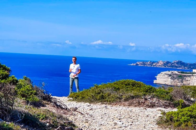 """""""La Carte aux Trésors"""" survole la Corse du Sud avec Cyril Féraud, mercredi 15 juillet sur France 3"""