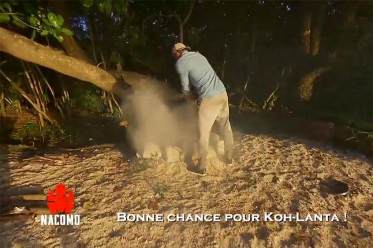 """Inédit dans """"Koh Lanta"""" : un candidat éteint le feu de sa tribu, regardez ! (vidéo)"""