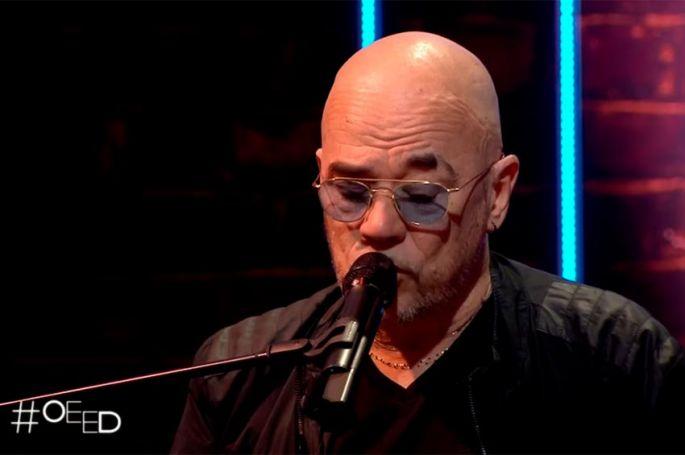 """""""On est en direct"""" : Pascal Obispo interprète 3 titres en live au piano (vidéo)"""