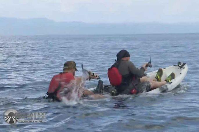 """Replay """"Pékin Express"""" : le naufrage des bûcherons sur leur cayak ! (vidéo)"""