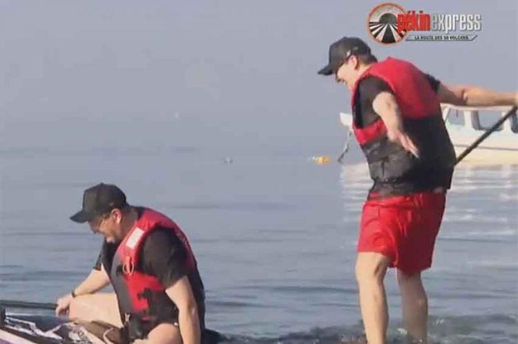 """""""Pékin Express"""" : le grand moment de solitude de Patrice & Benjamin sur leur paddle ! (vidéo)"""