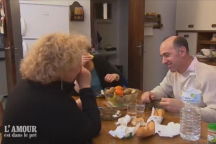 """Extrait - """"L'amour est dans le pré"""" : les fous rires s'enchaînent chez Patrice avec ses prétendantes (vidéo)"""