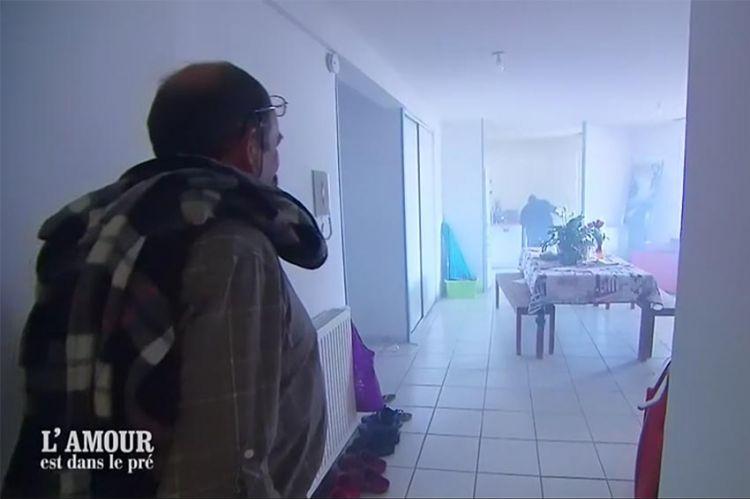 """""""L'amour est dans le pré"""" : au feu, la pintade de Pascale crame dans son four ! (vidéo)"""