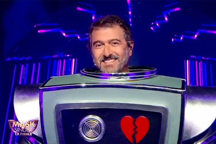"""""""Mask Singer"""" : Robot était... Daniel Lévi ! Regardez son démasquage (vidéo)"""