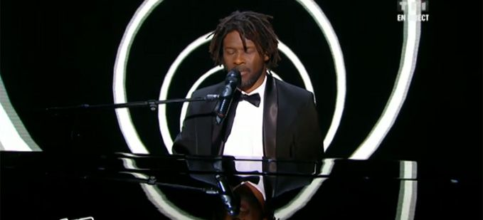 "Vidéo Replay ""The Voice"" : Emmanuel Djob interprète « I Can See Clearly Now » de Jimmy Cliff"